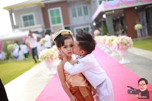 """Cặp song sinh 3 tuổi đẹp như tranh được cho cưới vì là """"tình nhân kiếp trước""""-4"""