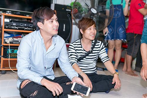 Hồ Quang Hiếu thích thú với chàng trai bán kẹo kéo có giọng hát giống mình-3