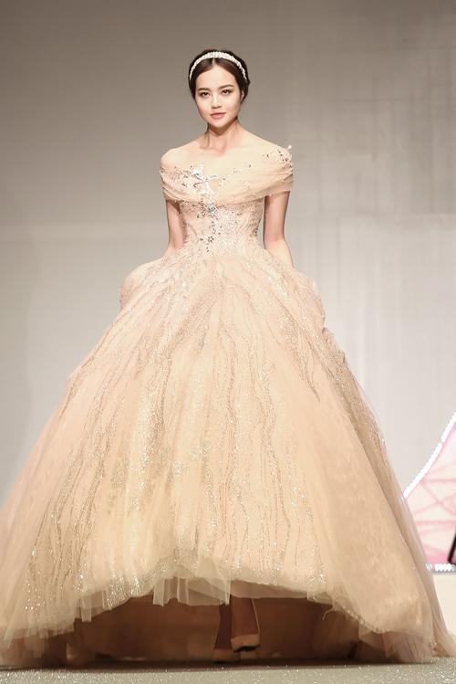 Khánh My lộng lẫy như công chúa, làm vedette trình diễn áo cưới - 8