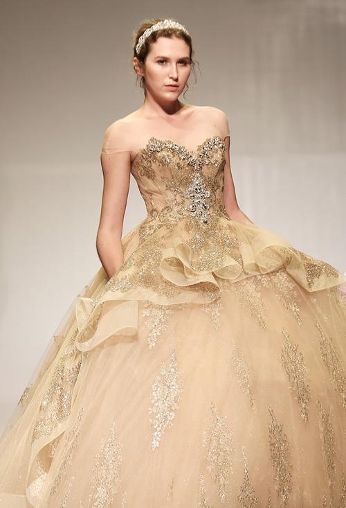 Khánh My lộng lẫy như công chúa, làm vedette trình diễn áo cưới - 10