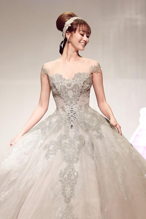 Khánh My lộng lẫy như công chúa, làm vedette trình diễn áo cưới - 1