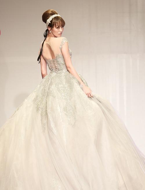 Khánh My lộng lẫy như công chúa, làm vedette trình diễn áo cưới - 2