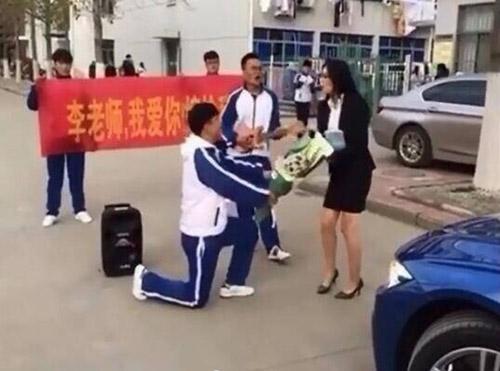 Màn hành xử rất 'phũ' của cô giáo xinh đẹp khi nam sinh quỳ gối cầu hôn-1