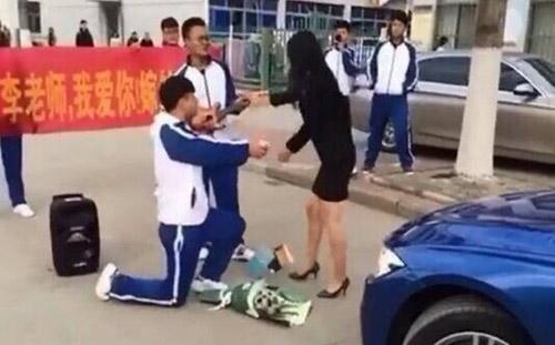 Màn hành xử rất 'phũ' của cô giáo xinh đẹp khi nam sinh quỳ gối cầu hôn-2