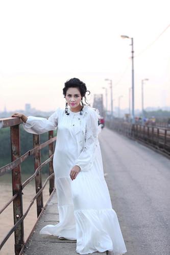 """Mạng xã hội """"nổi sóng"""" vì bộ ảnh Thanh Lam thả dáng trên cầu Long Biên - 7"""