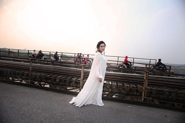 """Mạng xã hội """"nổi sóng"""" vì bộ ảnh Thanh Lam thả dáng trên cầu Long Biên - 6"""
