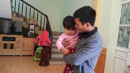 Đi chữa viêm phổi, bé gái 2 tuổi bất ngờ bị liệt hoàn toàn chân phải-1