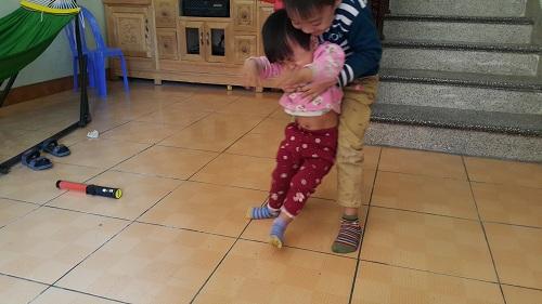 Đi chữa viêm phổi, bé gái 2 tuổi bất ngờ bị liệt hoàn toàn chân phải-2