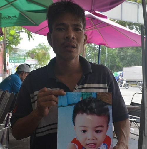 Bố quỳ ngoài đường tìm con trai mất tích: Cháu bé đang sống cùng mẹ ruột-2