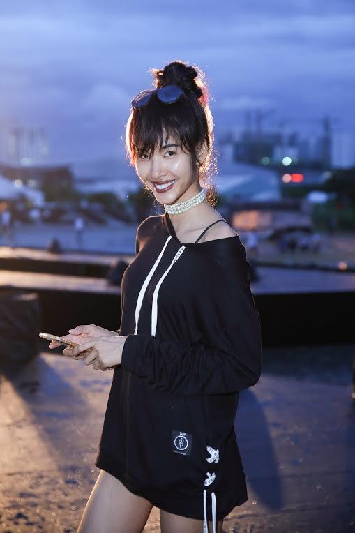 Tóc Tiên mặc đồ ngủ, Hoàng Thuỳ diện mốt giấu quần tập chương trình-5