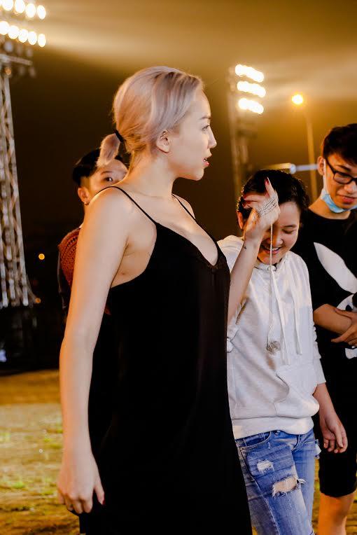 Tóc Tiên mặc đồ ngủ, Hoàng Thuỳ diện mốt giấu quần tập chương trình-1