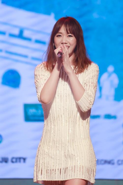 Trước ngày cưới Trấn Thành, Hari Won vẫn tất bật chạy show-5