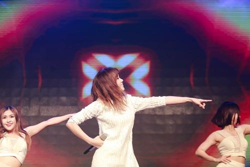 Trước ngày cưới Trấn Thành, Hari Won vẫn tất bật chạy show-8