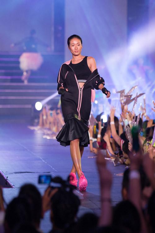 kelly bui, do manh cuong mang sac hong ngot ngao len san catwalk dai 200m - 1