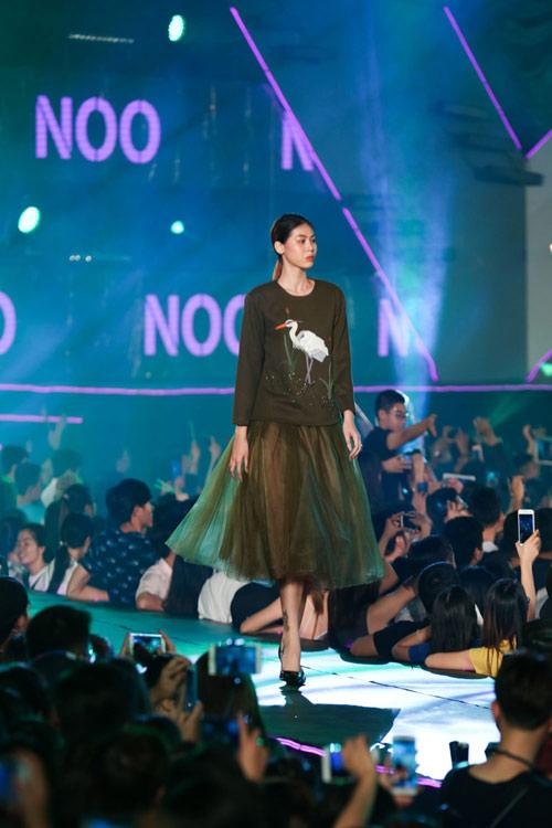 kelly bui, do manh cuong mang sac hong ngot ngao len san catwalk dai 200m - 2