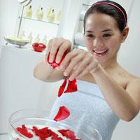 Tạo kem dưỡng từ hoa hồng và sáp ong