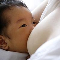Khi trẻ không chịu bú sữa mẹ