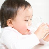 Để bé thích sữa
