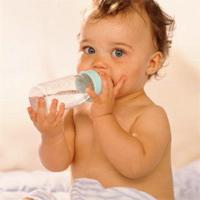 Bé sơ sinh có uống được nước?