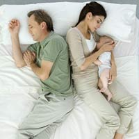 Có nên đánh thức bé cho bé bú đêm?