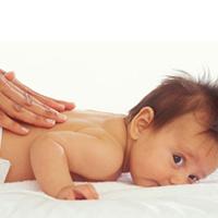 Massage cho bé sơ sinh