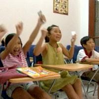 Video: Khi trẻ sõi tiếng Tây hơn tiếng Ta