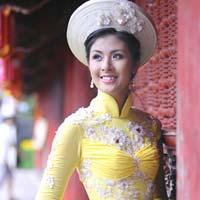 Hoa Hậu Ngọc Hân đẹp rạng rỡ với áo dài