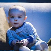 Có nên cho bé sơ sinh xem tivi?