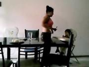 Bảo mẫu tát trẻ và ăn đồ của bé 2 tuổi