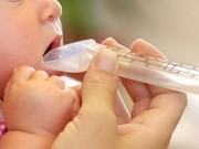 Bé 10 tuần tuổi tử vong vì uống sữa mẹ pha với nước