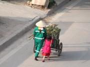 Tin tức - Bộ ảnh mẹ con chị lao công ngày tết gây xúc động mạnh