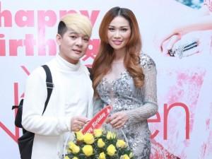 Vũ Hà diện đồ trắng đến mừng diễn viên Xuân Nguyễn