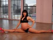 Vũ công mang bầu 39 tuần vẫn xoạc chân điệu nghệ