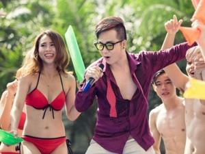 """""""Mặc bikini hát Bolero ở bể bơi vì Sài Gòn quá nóng"""""""
