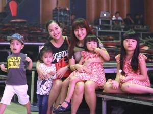Đông đảo con nít hát trong show Phương Thảo - Ngọc Lễ