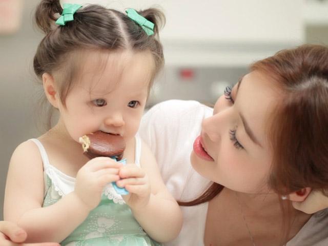 Con gái Elly Trần 'đốn tim' dân mạng với clip ăn bánh