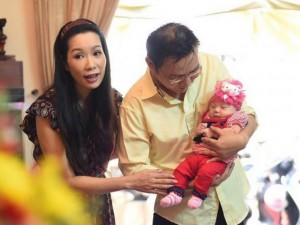 Vợ chồng Trịnh Kim Chi khoe con gái 1 tháng tuổi