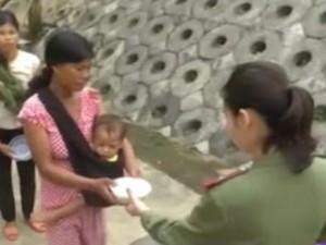 Chiến sĩ công an dậy sớm nấu cháo cho người nghèo