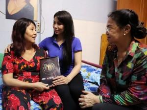 Mẹ và em gái Lý Hùng đến thăm diễn viên Hoàng Lan