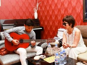 Tuấn Ngọc ôm guitar tập hát cùng Khánh Hà