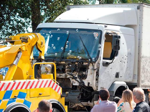 Chồng dũng cảm cứu vợ mang thai trước mũi xe tải đang lao điên cuồng