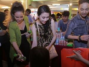 Hoa hậu Thu Vũ, Diễm Hương mướt mồ hôi trao quà Trung thu