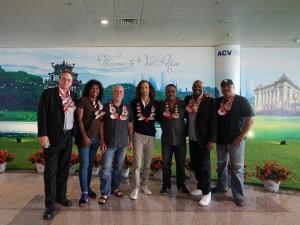 Kenny G và ban nhạc đã đặt chân đến sân bay Nội Bài