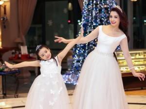 """Mẹ con Thúy Hằng hóa """"công chúa tuyết"""" trong đêm Giáng sinh"""