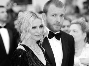"""""""Trận chiến hình ảnh"""" của Madonna và vợ mới của chồng cũ"""