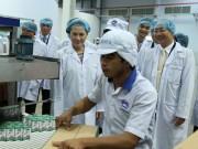 Tin tức thị trường - Đoàn đại biểu Quốc hội Việt Nam thăm nhà máy sữa Angkor của Vinamilk tại Campuchia