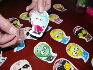 Hơn 30 học sinh tiểu học ngất xỉu nghi do ngửi đồ chơi Trung Quốc