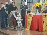 Tin tức - Xé lòng hình ảnh con trai khóc bò tìm cha trong tang lễ 3 phi công hi sinh