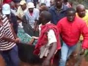 """Tin tức - Kenya: Cặp đôi ngoại tình """"dính chặt"""", cả làng kéo đến xem"""