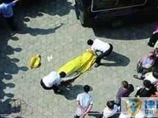 Người đàn ông rơi từ tầng 29 trúng em bé 10 tháng tuổi, cả 2 cùng tử vong